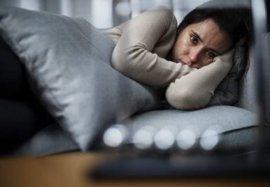 young woman suffering from oxycodone withdrawal symptoms